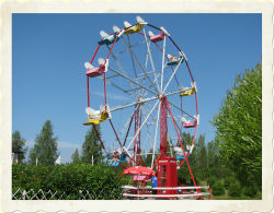 FERRIS WHEEL - Height restriction: must be at least 140cm (55') to ride, 100-140cm (39-55') with adult